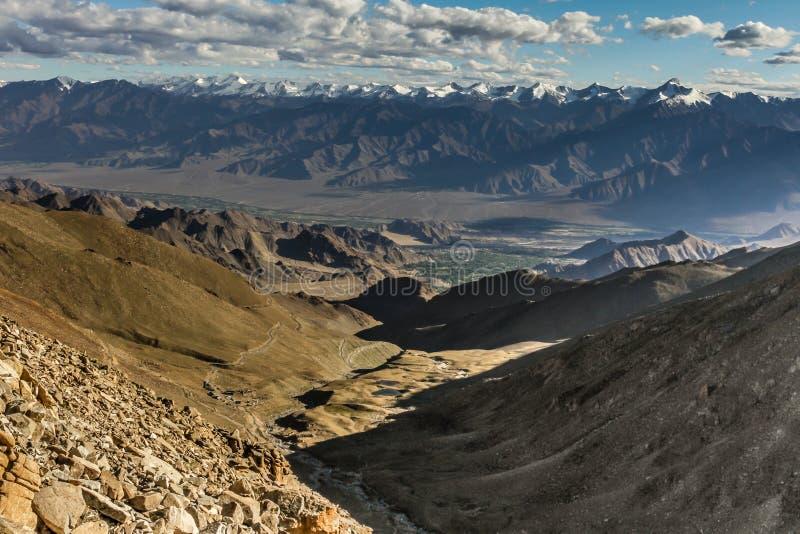 L'Himalaya con il picco-Leh di Stok Kangri, Ladakh, India immagine stock