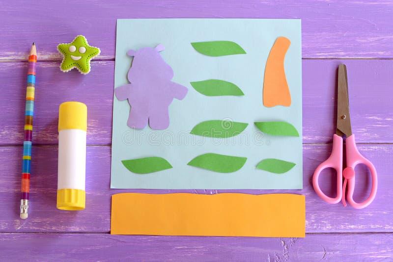 L'hippopotame, feuilles, tronc de palmier a coupé du papier coloré Placez pour des projets de métier d'enfants Métier d'hippopota images stock