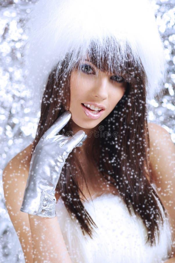 l'hiver blanc s'usant de chapeau de fille de fourrure images stock