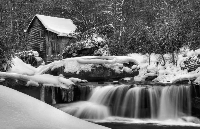 L'hiver couvre le moulin de blé à moudre photo libre de droits