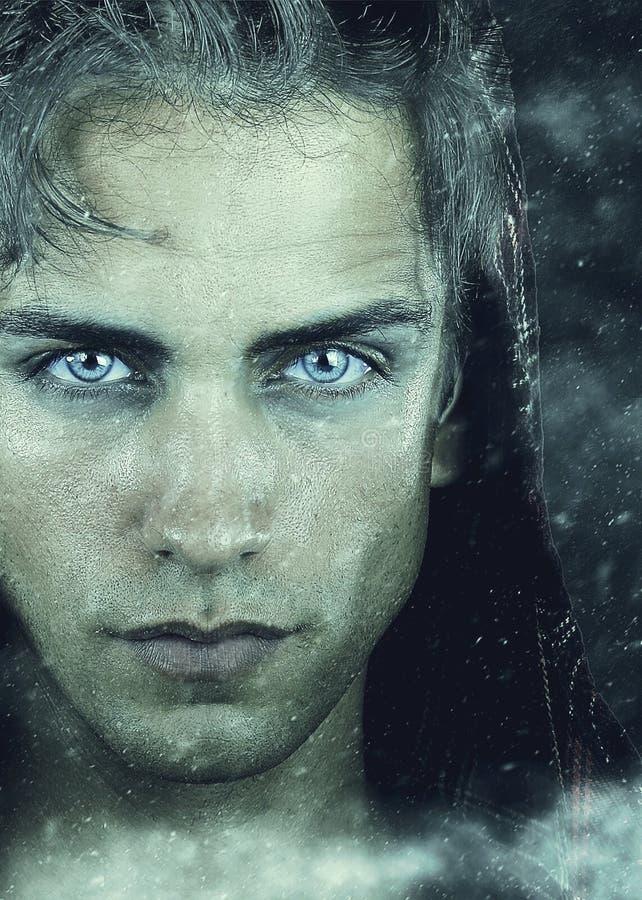 l'hiver de snowboarder d'homme de capot Jeune homme beau avec les cheveux d'oeil bleu et blancs photo stock