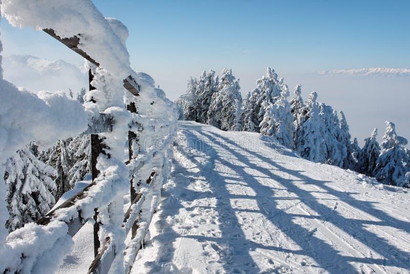 L'hiver en montagne roumaine images libres de droits