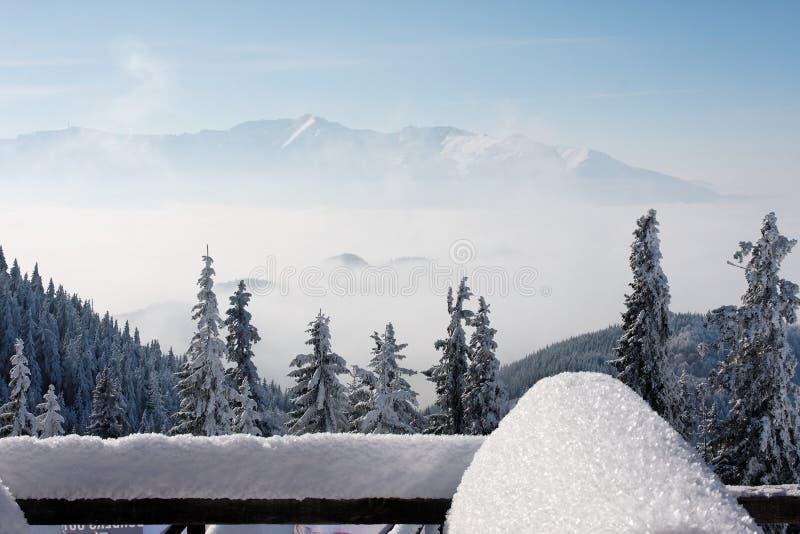 L'hiver en montagne roumaine photo libre de droits