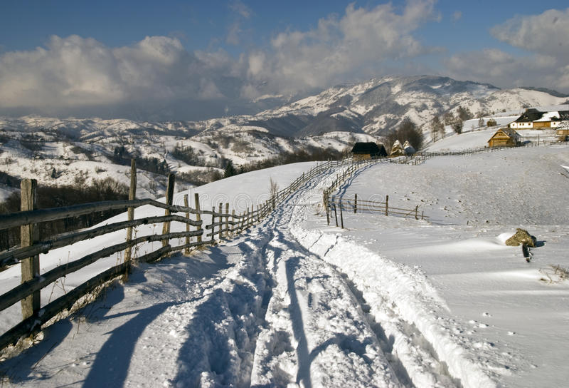 L'hiver en montagnes roumaines photo libre de droits