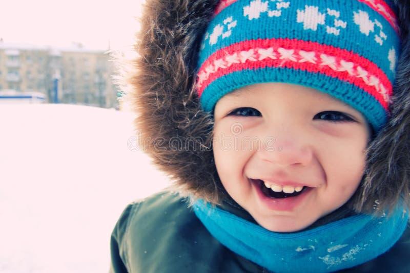 L'hiver extérieur de neige de garçon. Temps de Noël photo stock