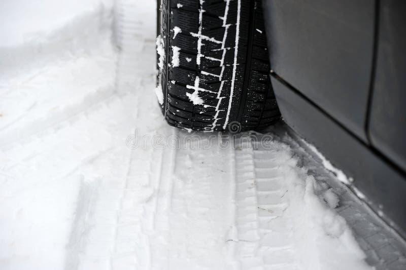 L'hiver fatigue sur la roue d'une voiture photo stock