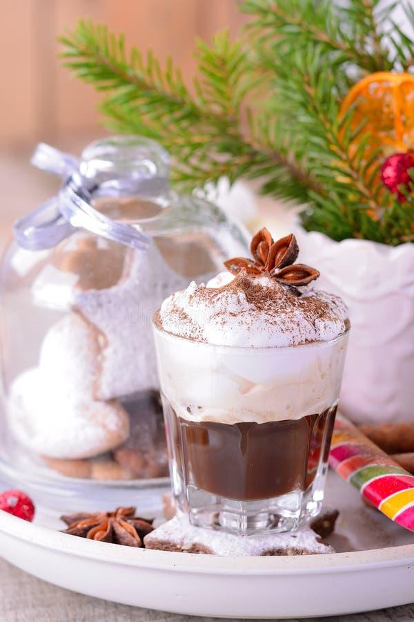 L'hiver a fouetté le café chaud crème dans une tasse en verre photos libres de droits