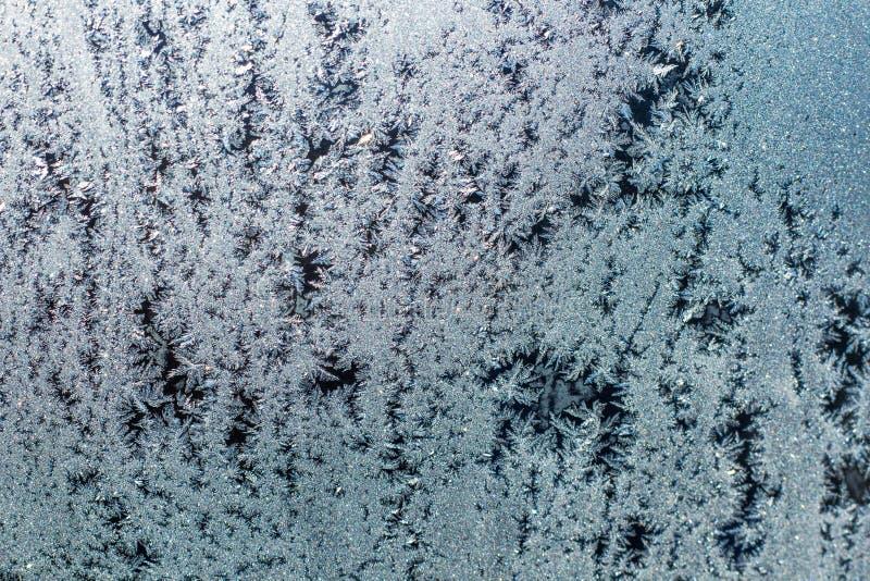 L'hiver froid dessine les modèles très beaux sur la fenêtre photographie stock