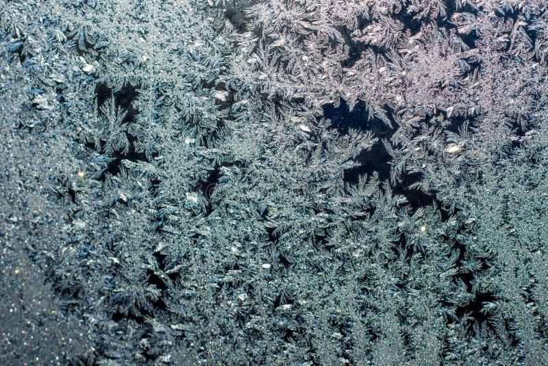 L'hiver froid dessine les modèles très beaux sur la fenêtre photographie stock libre de droits