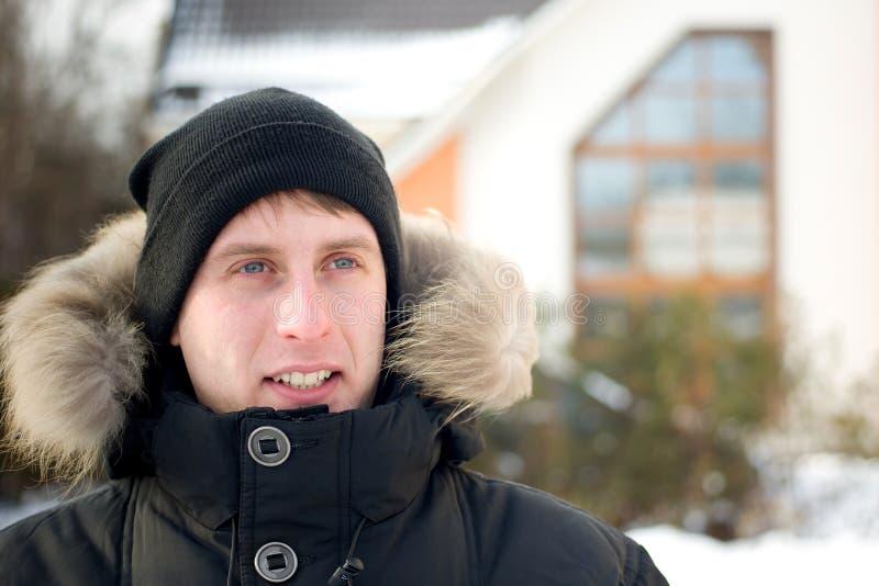 L'hiver - homme heureux dans le capuchon et la jupe chaude image libre de droits