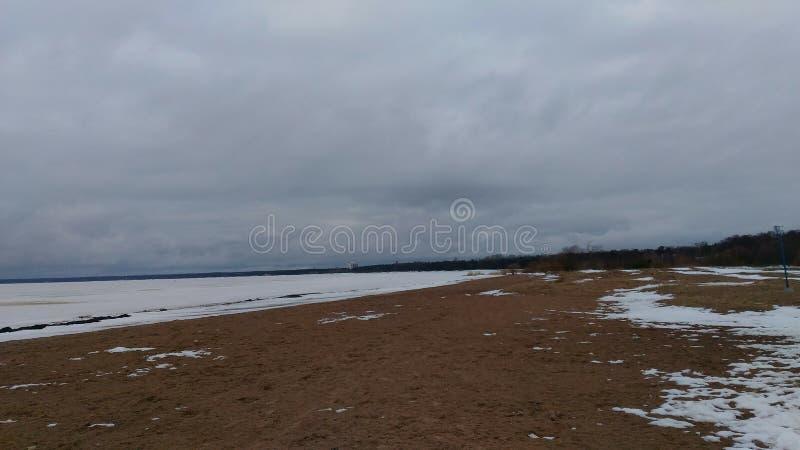 l'hiver nuageux de temps de littoral de plage photo libre de droits