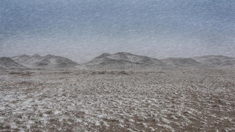 L'hiver, paysage de tempête de neige frappe les montagnes photo stock