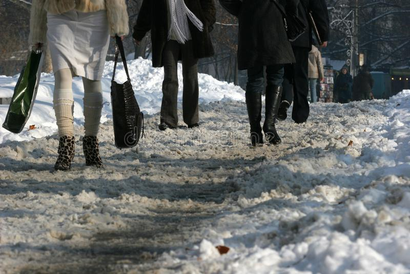 L'hiver Promenade de personnes sur un trottoir très neigeux Étape de personnes sur une voie neige-égarée Trottoir glacial Glace s photos stock