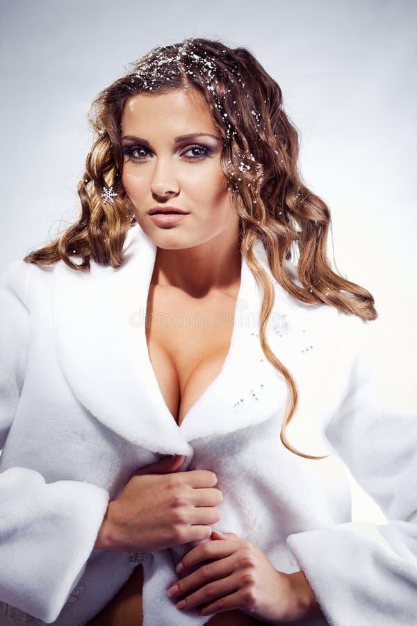 Download L'hiver sexy de fille photo stock. Image du beauté, couche - 8667728