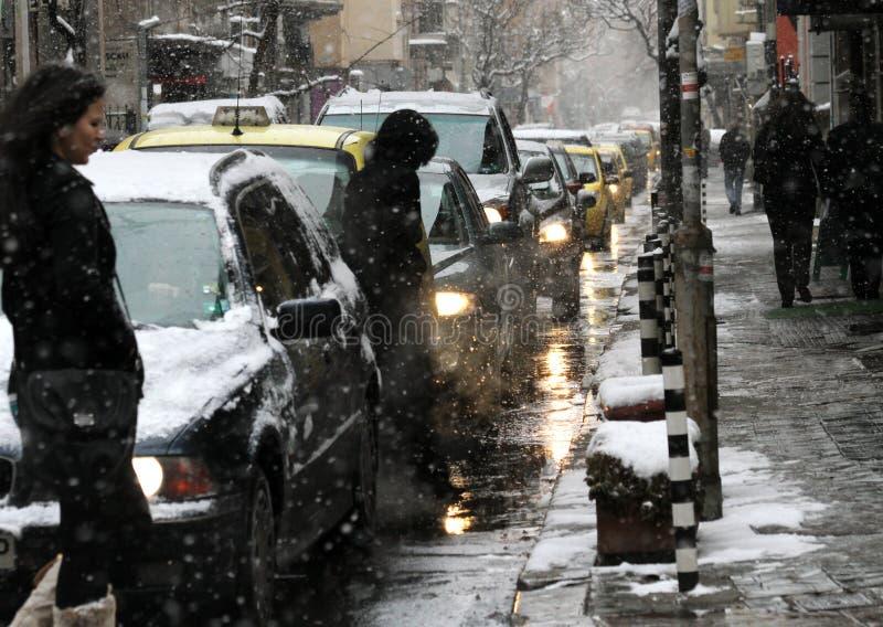 L'hiver Trafiquez sur la rue en chutes de neige par temps sombre, la congestion des voitures, embouteillage avec des lumières photos libres de droits