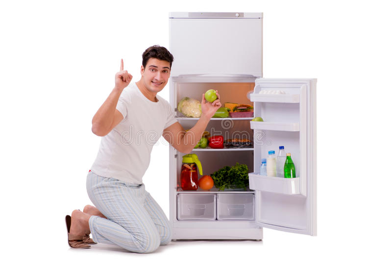 L'homme à côté du réfrigérateur complètement de la nourriture photographie stock libre de droits