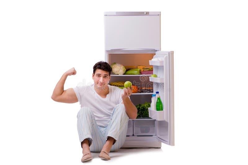 L'homme à côté du réfrigérateur complètement de la nourriture photographie stock