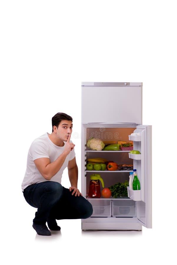 L'homme à côté du réfrigérateur complètement de la nourriture photos stock