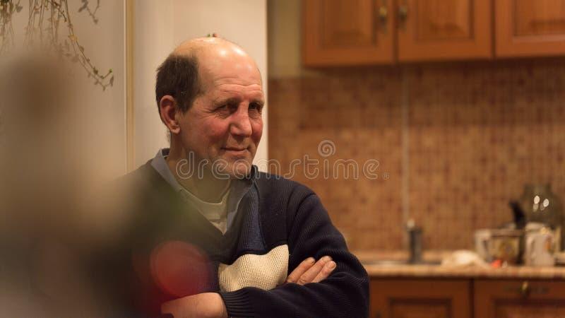 L'homme âgé repose écouter l'histoire drôle image libre de droits