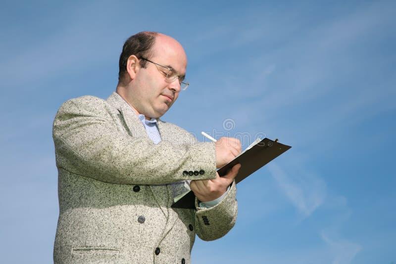 L'homme écrivent quelque chose photo stock