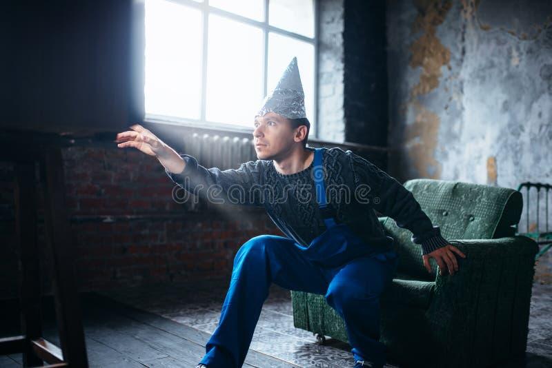 L'homme étrange dans le chapeau de feuille d'étain atteint à TV, UFO image libre de droits