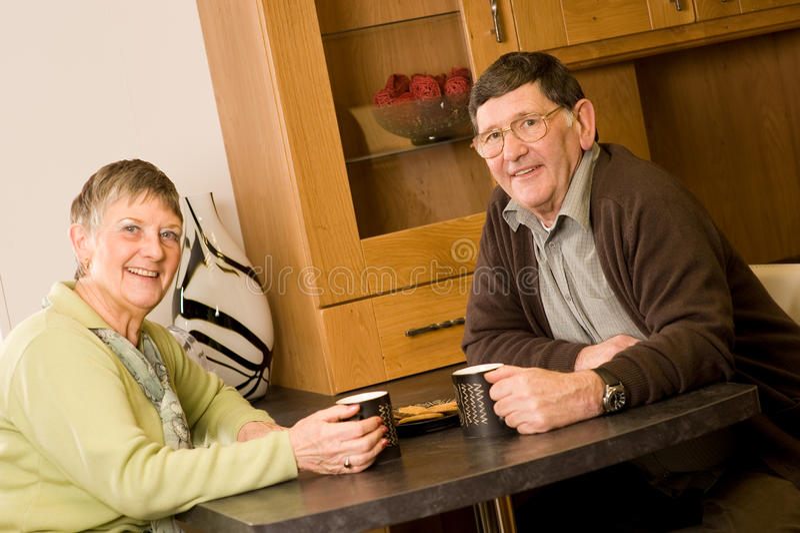 L'homme aîné et le femme accouplent la verticale photos libres de droits