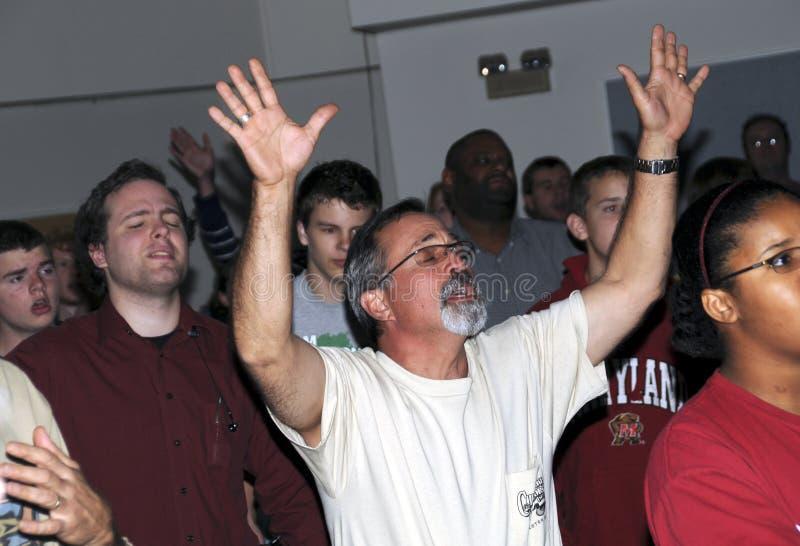 L'homme adore Dieu dans un office images libres de droits