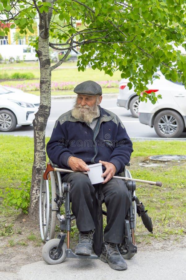 L'homme adulte avec une barbe rassemble des donations Front View photo libre de droits