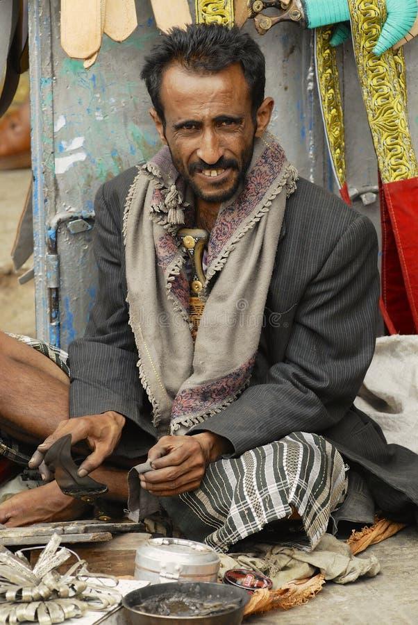 L'homme affile le janbiya à Sanaa, Yémen photos libres de droits