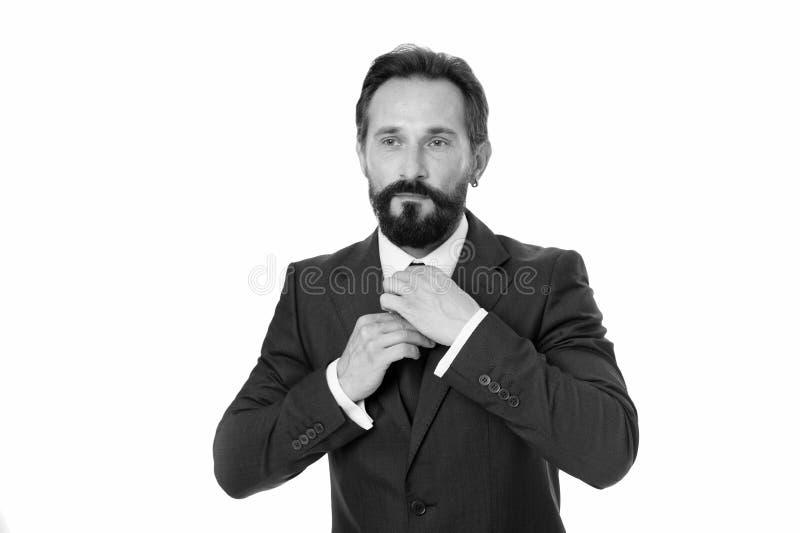 L'homme ajustent la cravate d'isolement sur le blanc Le costume formel mûr barbu d'homme d'affaires ajustent l'accessoire Homme d images libres de droits