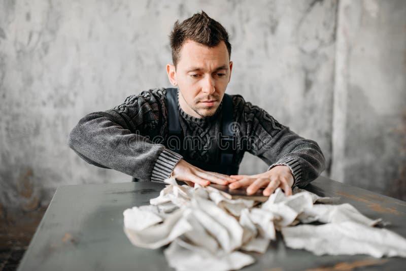 L'homme anormal étrange déchire les feuilles du livre images stock