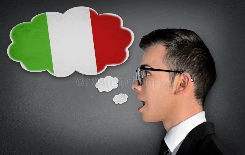 L'homme apprennent l'italien parlant photographie stock