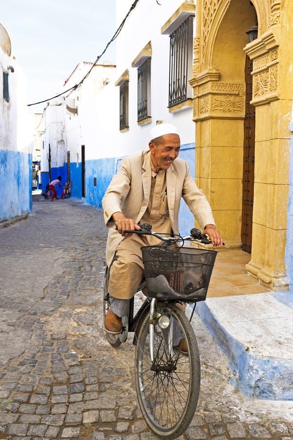 L'homme arabe fait du vélo à Rabat Maroc images libres de droits