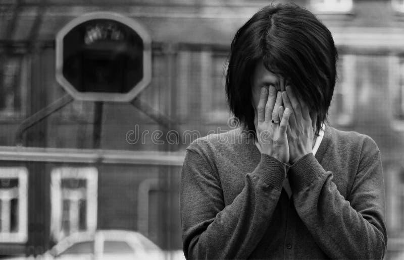 L'homme asiatique a couvert des yeux photographie stock libre de droits