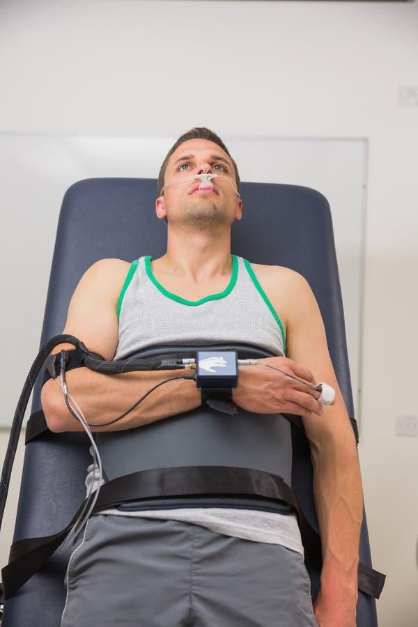 L'homme a attaché au chariot d'hôpital pour découvrir son BMR image libre de droits