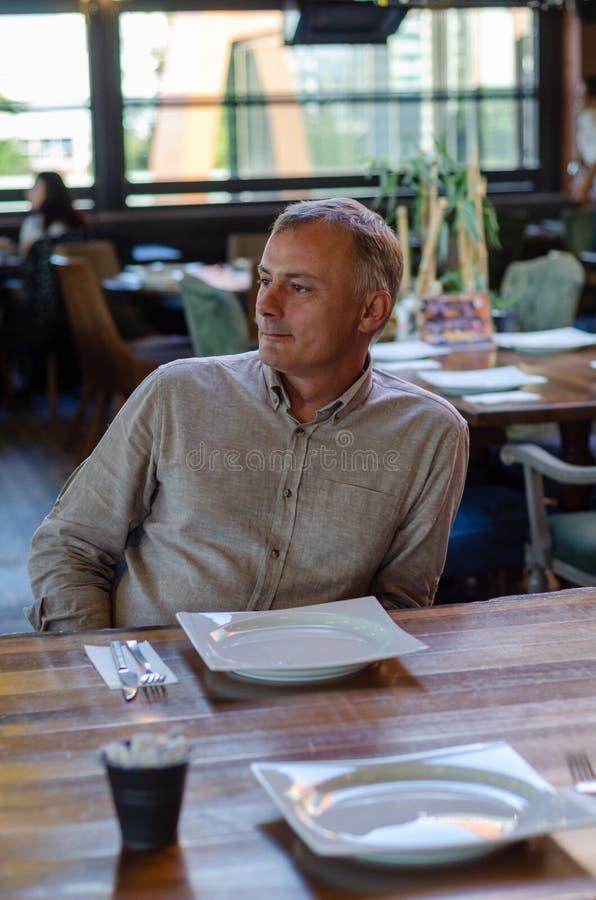 L'homme attend le repas dans le restaurant photographie stock libre de droits