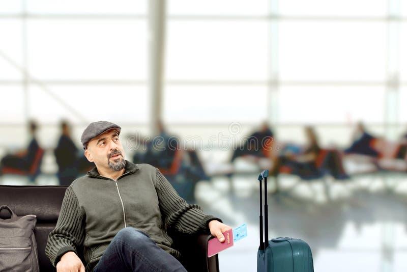 L'homme attendant à l'aéroport photos stock