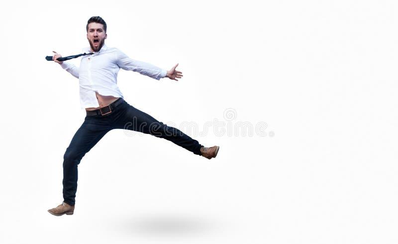 L'homme attirant d'affaires saute dans le ciel photo libre de droits