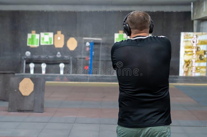 L'homme au champ de tir photos stock