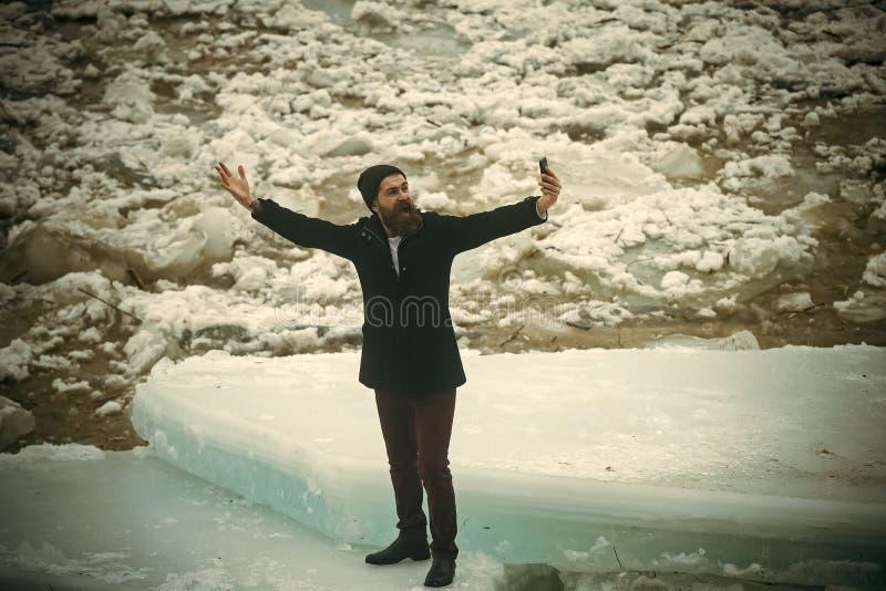 L'homme avec la barbe font la photo de selfie au bloc de glace image stock