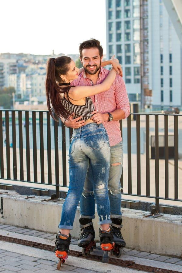 L'homme avec la femme fait du roller dessus photo stock