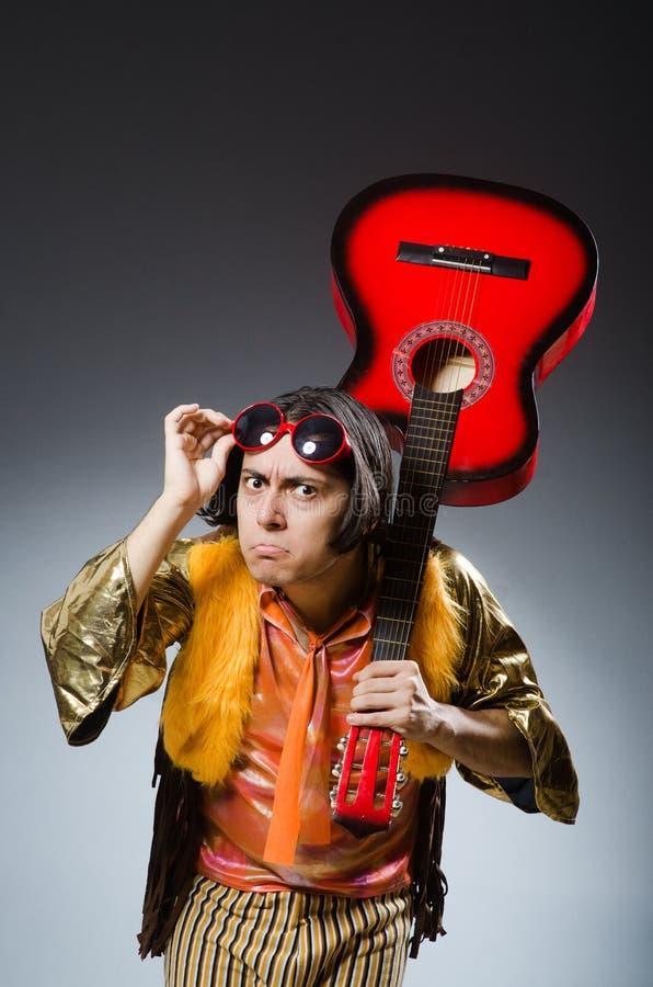 L'homme avec la guitare dans le concept musical images stock