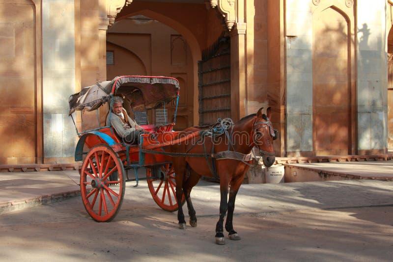 L'homme avec le chariot de cheval recherche des clients photos libres de droits