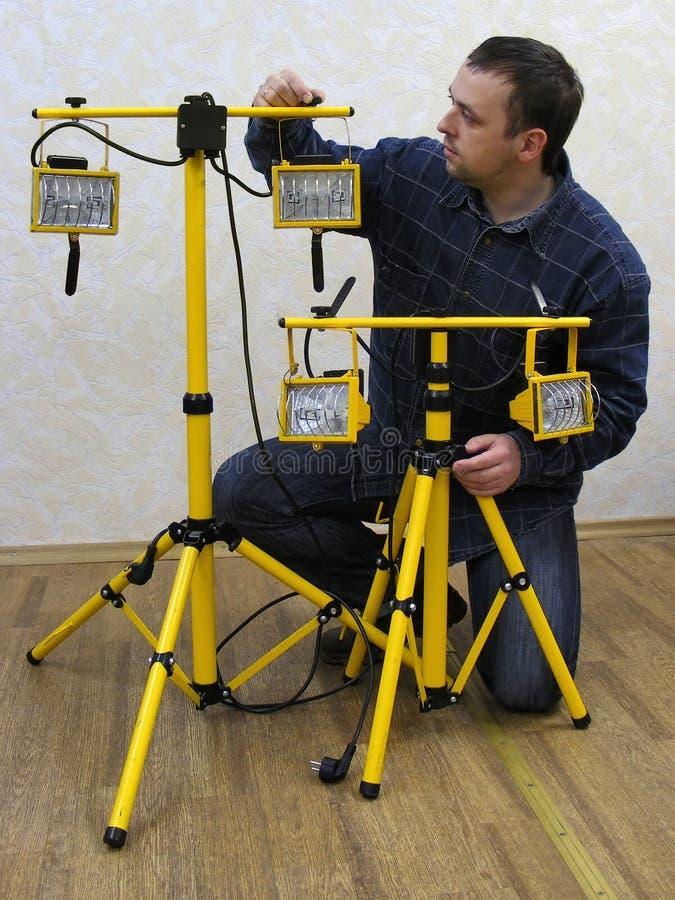 L'homme avec le matériel d'éclairage photographie stock libre de droits
