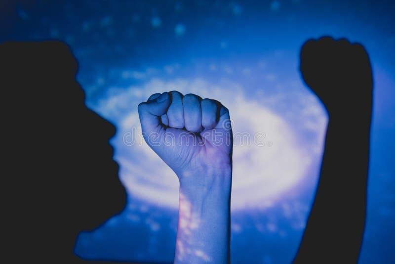 L'homme avec le poing a augmenté image libre de droits