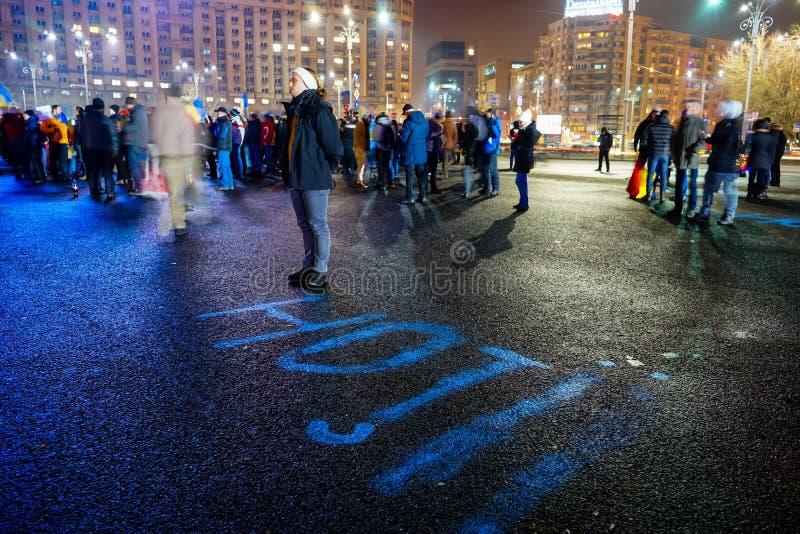 L'homme avec le ` vole le message de ` à la protestation, Bucarest, Roumanie photos stock