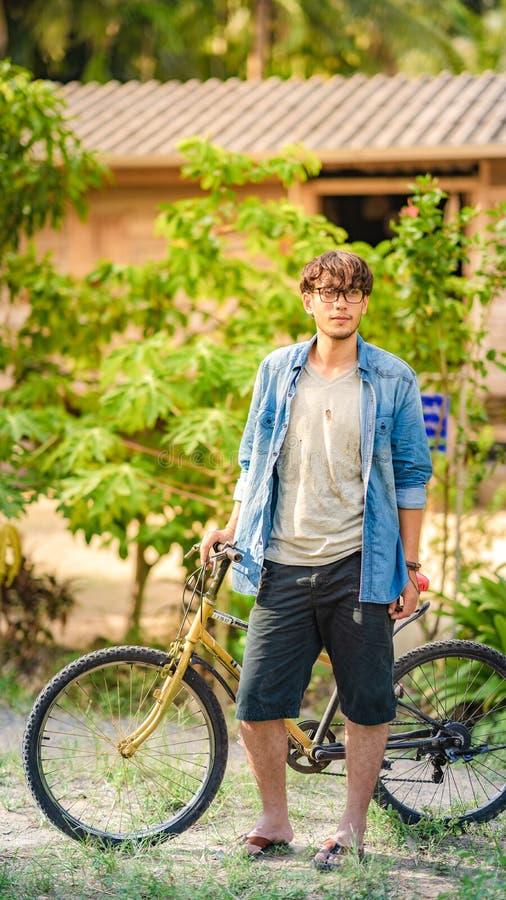 L'homme avec sa bicyclette image libre de droits