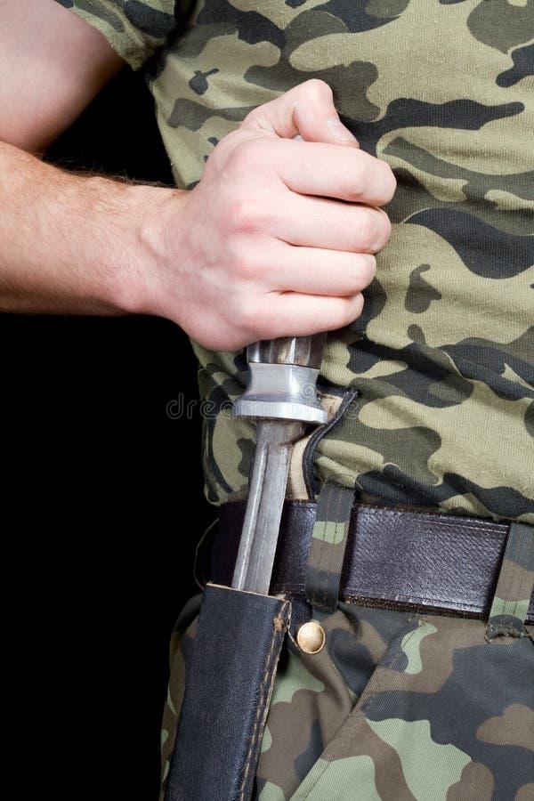 L'homme avec un couteau dans une gaine photos stock