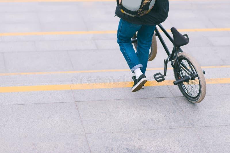 l'homme avec un vélo de BMX descend en bas des escaliers Promenade avec un vélo Concept de BMX photo libre de droits