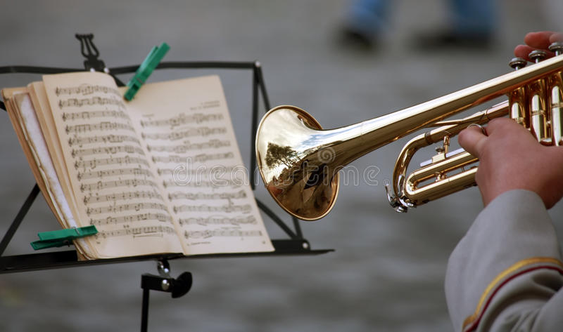 L'homme avec une trompette, a affiché la note de musique photo libre de droits